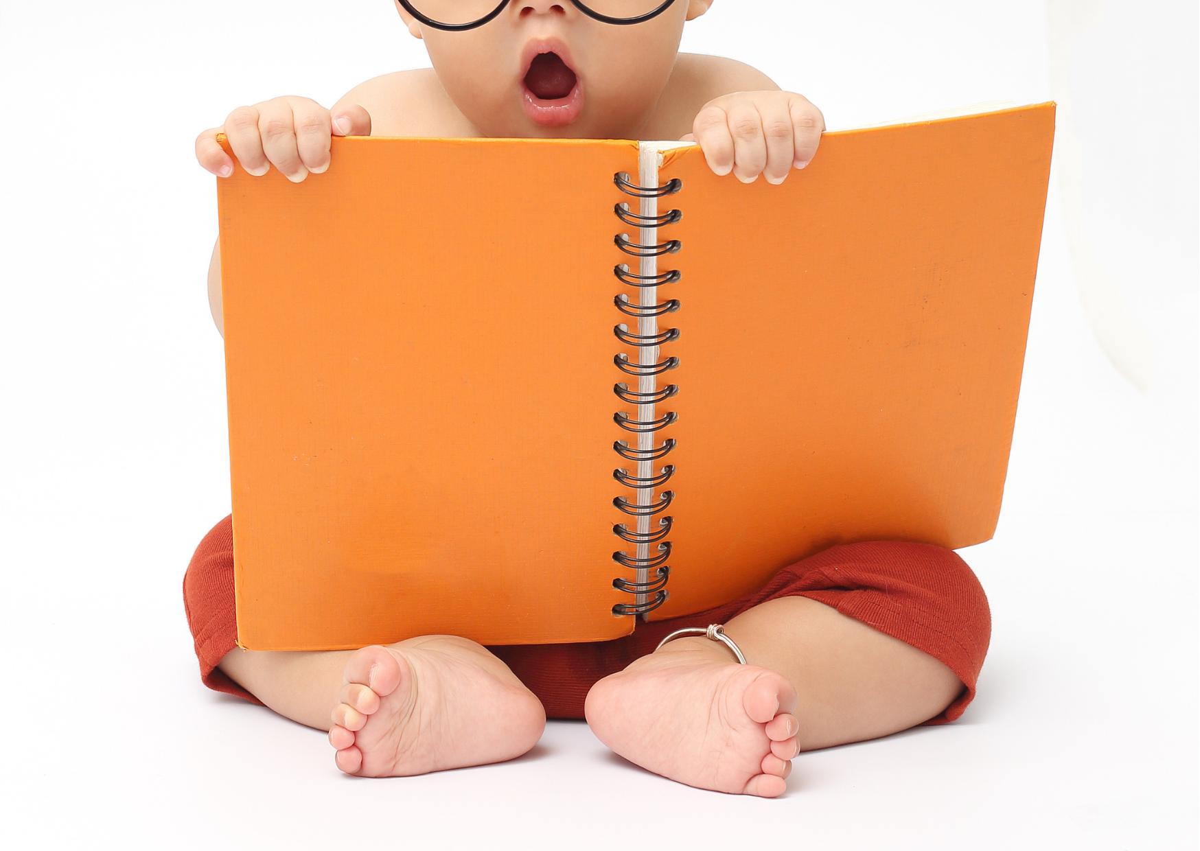 Baby met boekje | 8x taalontwikkeling van je baby stimuleren